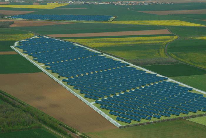 survol d'un champs de panneaux solaires
